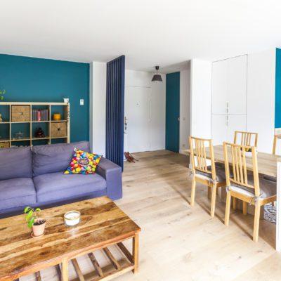 Le salon est plus lumineux grâce cette peinture Bleu Pop