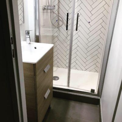 Une nouvelle petite salle de douche créée dans un placard